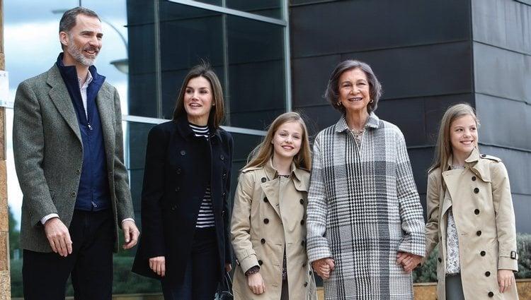 El Rey Felipe, la Reina Letizia, la Reina Sofía, la Princesa Leonor y la Infanta Sofía visitando al Rey Juan Carlos