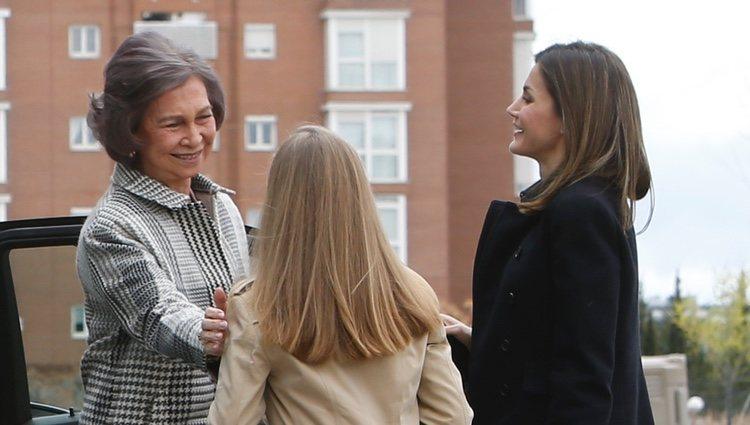 La Reina Sofía saludando cariñosamente a la Princesa Leonor ante la atenta mirada de la Reina Letizia