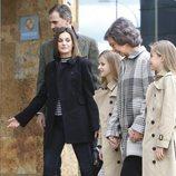 El Rey Felipe, la Reina Letizia, la Reina Sofía, la Princesa Leonor y la Infanta Sofía caminando hacia el hospital