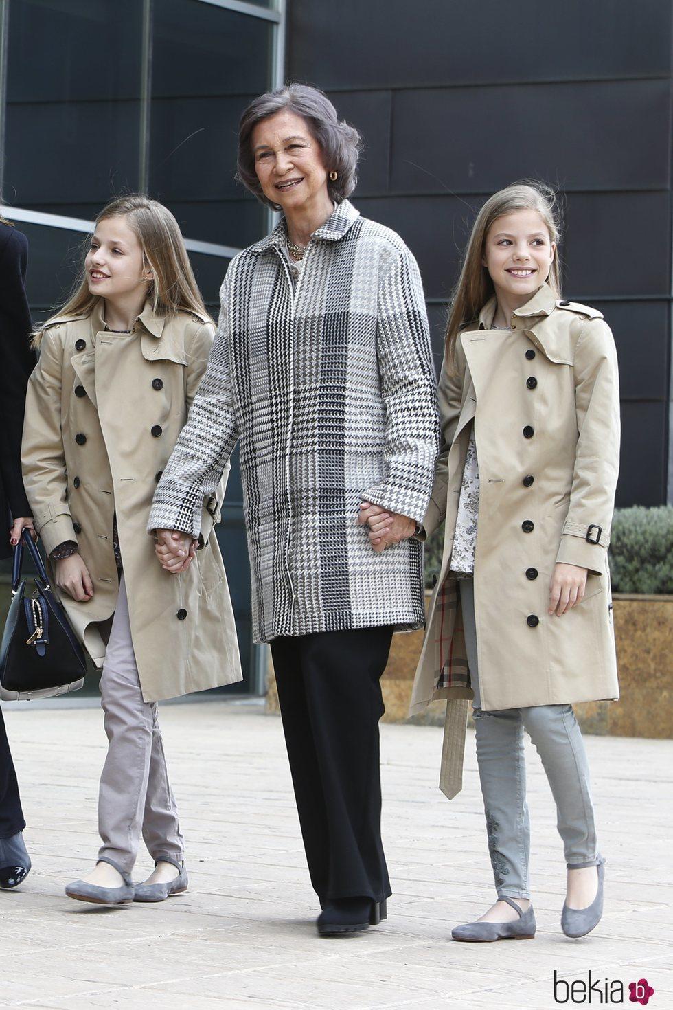 La Reina Sofía caminando de la mano de la Princesa Leonor y la Infanta Sofía en la puerta del hospital