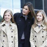 La Reina Letizia sonríe al lado de la Princesa Leonor y la Infanta Sofía en la puerta dle hospital
