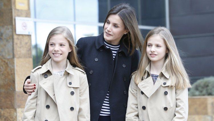La Reina Letizia sonríe al lado de la Princesa Leonor y la Infanta Sofía en la puerta del hospital