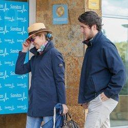 Froilán y la Infanta Elena visitando en el hospital al Rey Juan Carlos