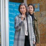 La Reina Sofía pregunta a los periodistas si han comido tras visitar al Rey Juan Carlos en el hospital