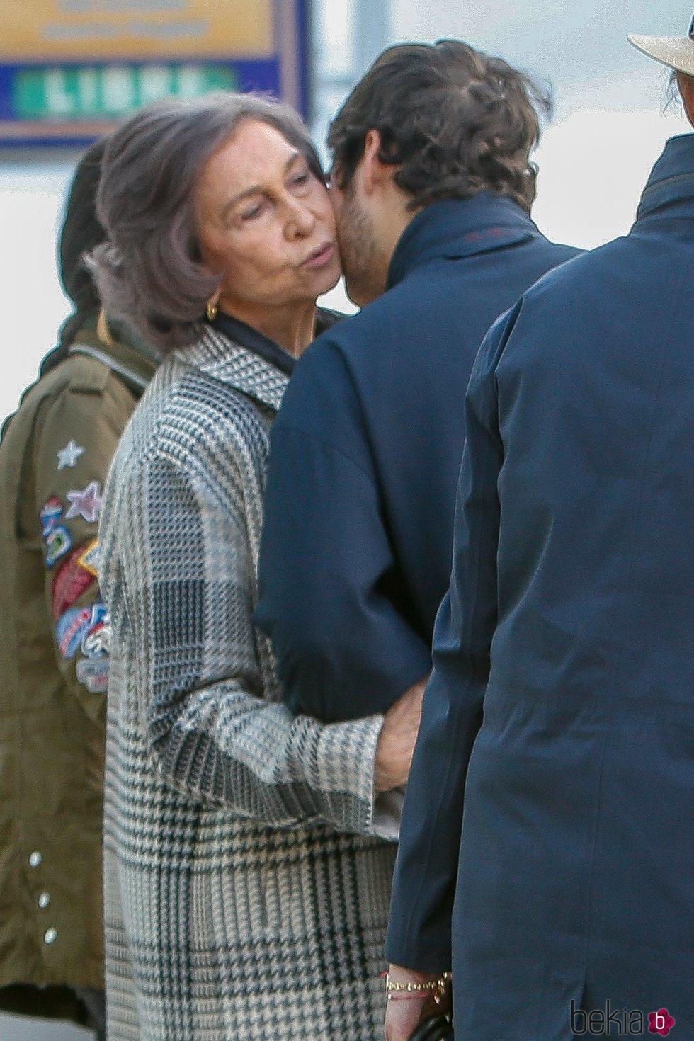 La Reina Sofía besa a Froilán tras visitar al Rey Juan Carlos en el hospital