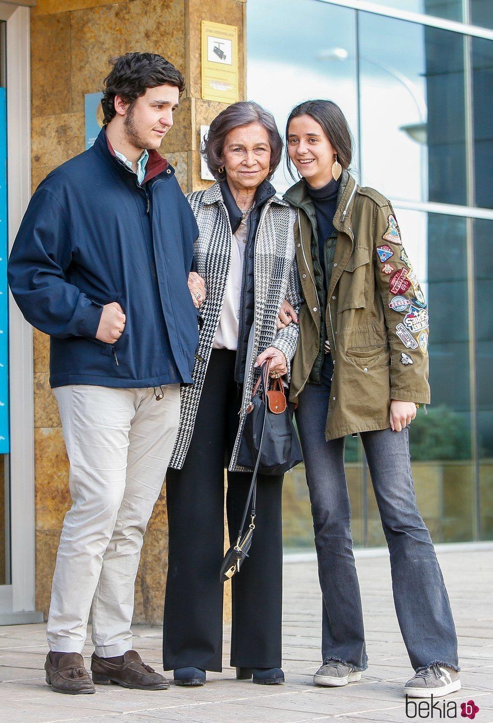 La Reina Sofía, agarrada de sus nietos Froilán y Victoria Federica