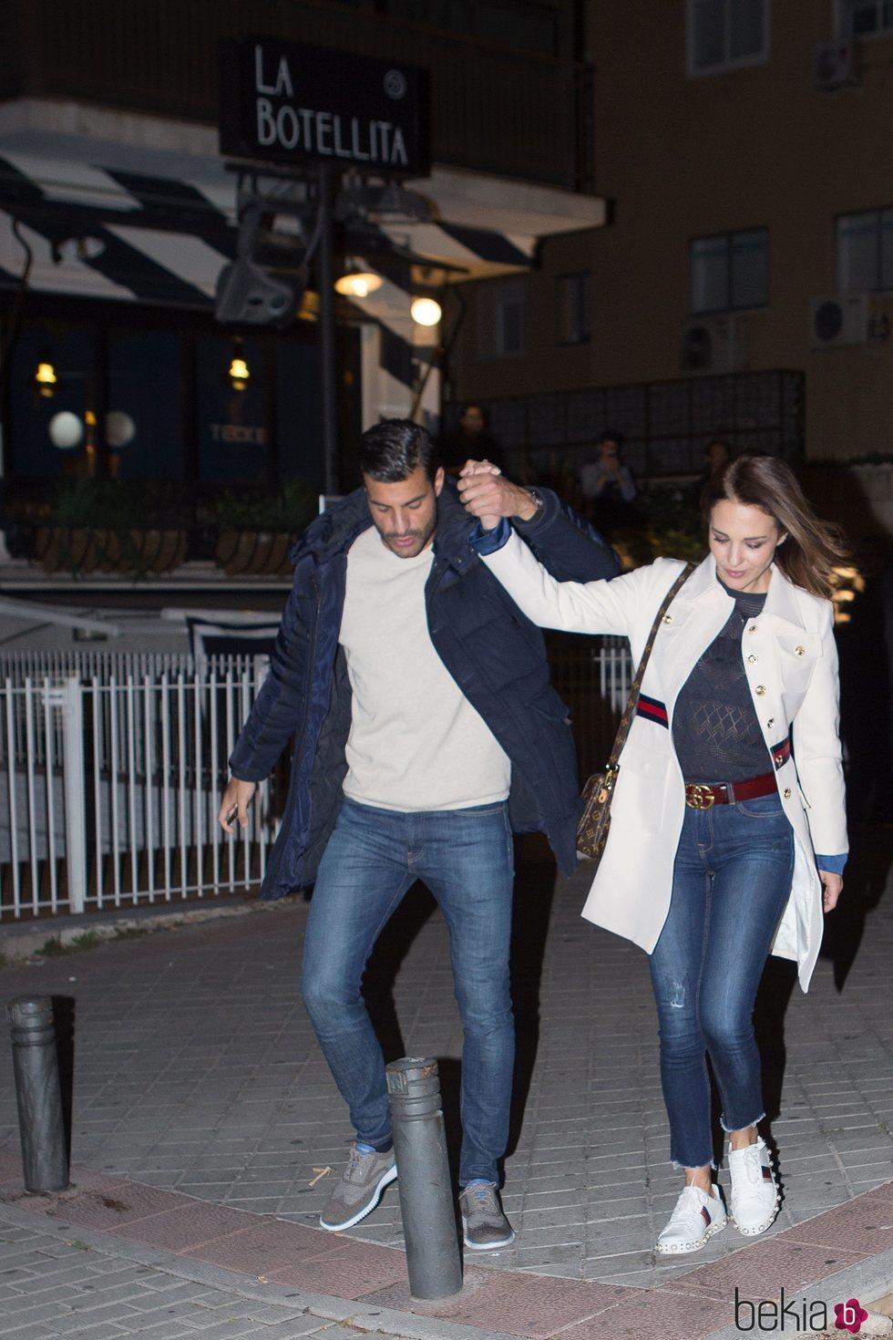 Paula Echevarría y Miguel Torres pasean su amor agarrados de la mano