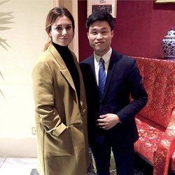Blanca Suárez en un restaurante asiático con uno de los empleados