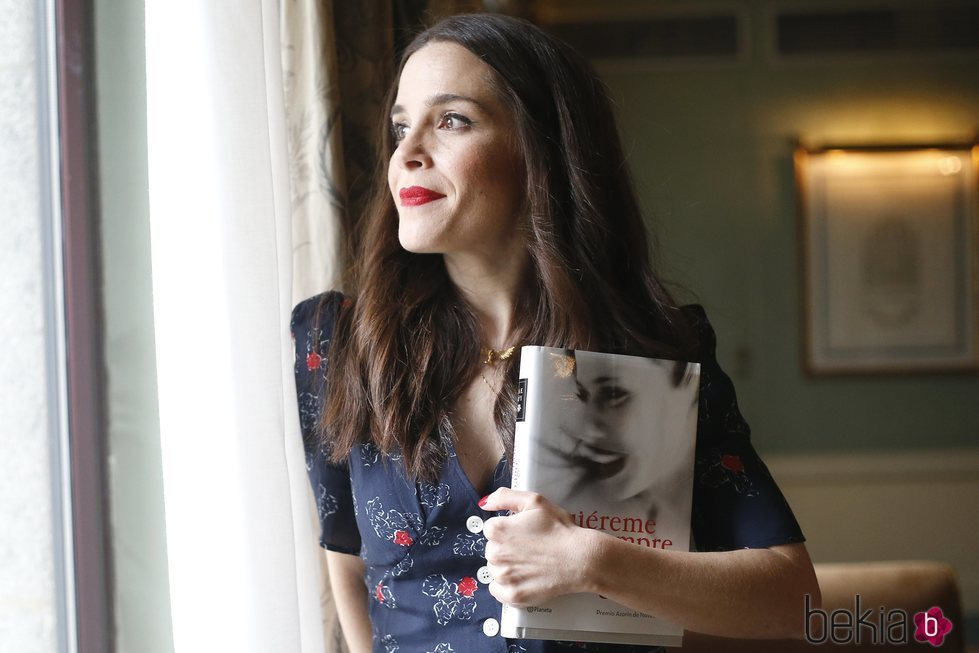 Nuria Gago con su libro 'Quiéreme siempre'