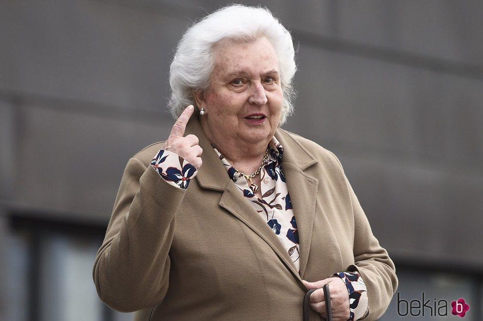 La Infanta Pilar no oye las preguntas de la prensa