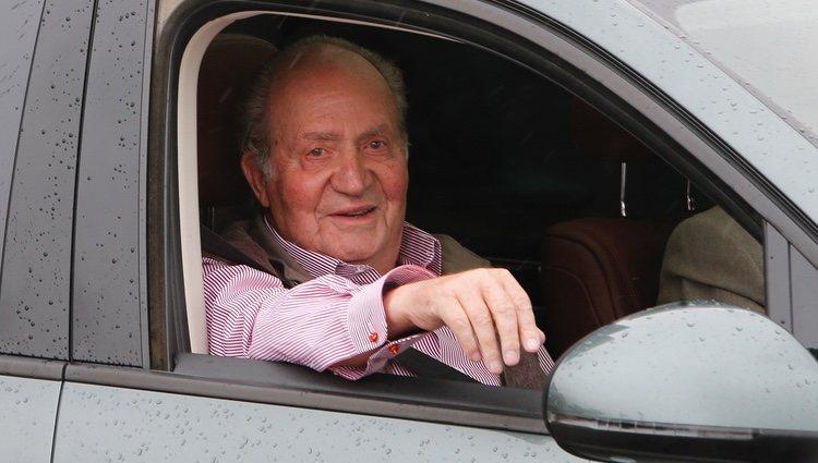 El Rey Juan Carlos sale del hospital muy sonriente tras su operación de rodilla
