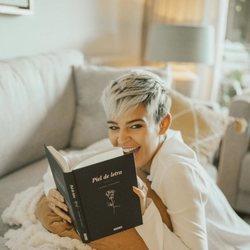 Laura Escanes posando con su libro 'Piel de letra'