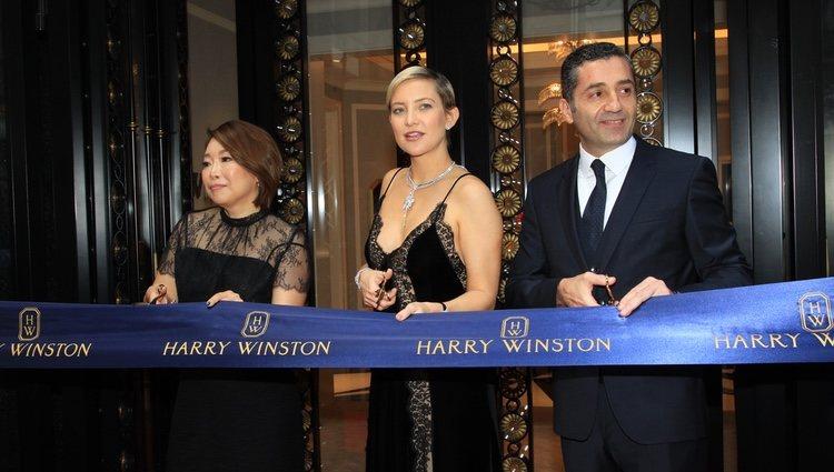 Kate Hudson cortando la cinta inaugural de una tienda de joyas en Hong Kong, China