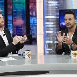 Luis Fonsi junto a Pablo Motos divirtiéndose en 'El Hormiguero'