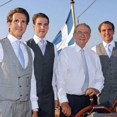 Constantino de Grecia con sus hijos Pablo, Felipe y Nicolás de Grecia