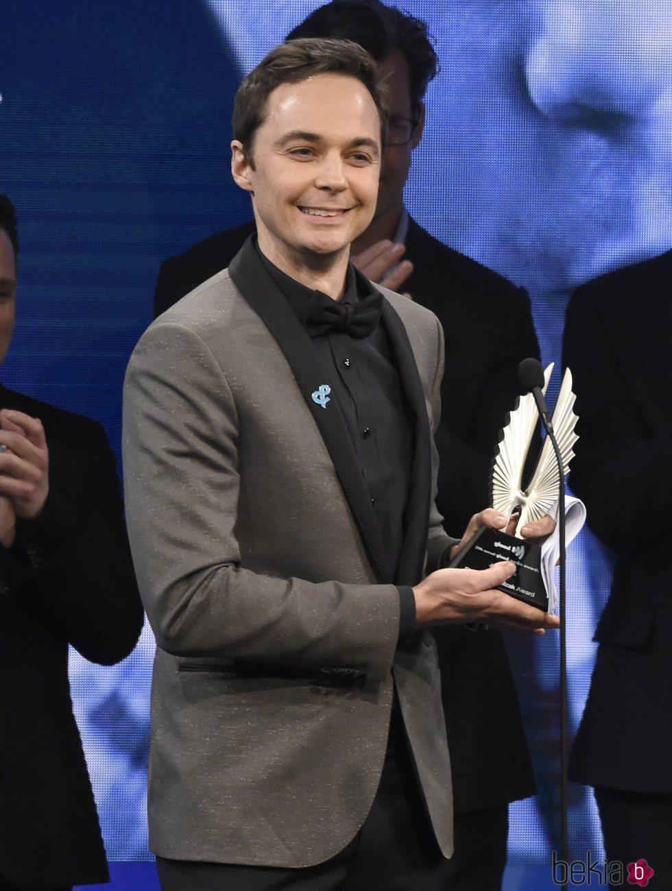 Jim Parsons recoge el Premio Stephen F. Kolzak en los GLAAD Awards de 2018