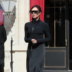 Victoria Beckham con un look en negro en París