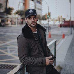 Albert Comas, tronista de 'MyHyV', posando en la calle