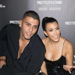 Kourtney Kardashian y Younes Bendjima en el evento 'PrettyLittleThing'