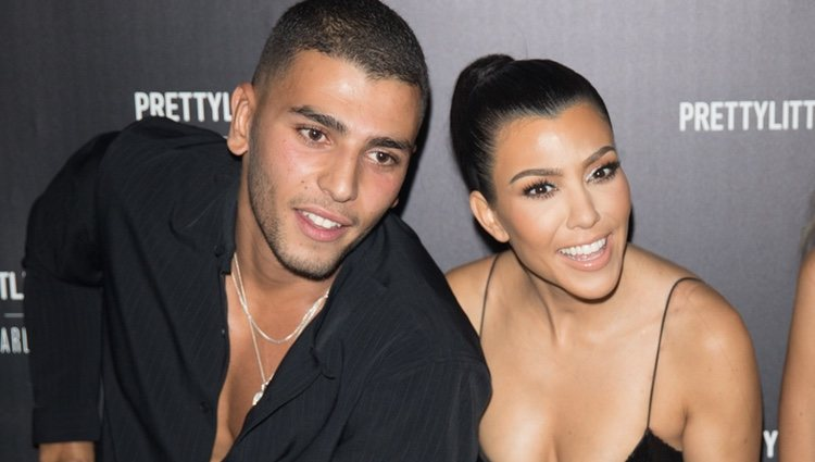 Kourtney Kardashian y Younes Bendjima en el evento 'PrettyLittleThing'