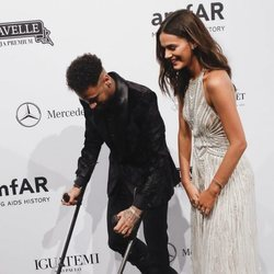 Bruna Marquezine acompañando a Neymar con muletas en la gala amfAR 2018 en Brasil