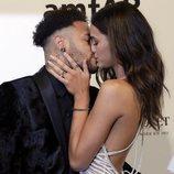 Neymar y Bruna Marquezine besándose en la gala amfAR 2018 en Brasil