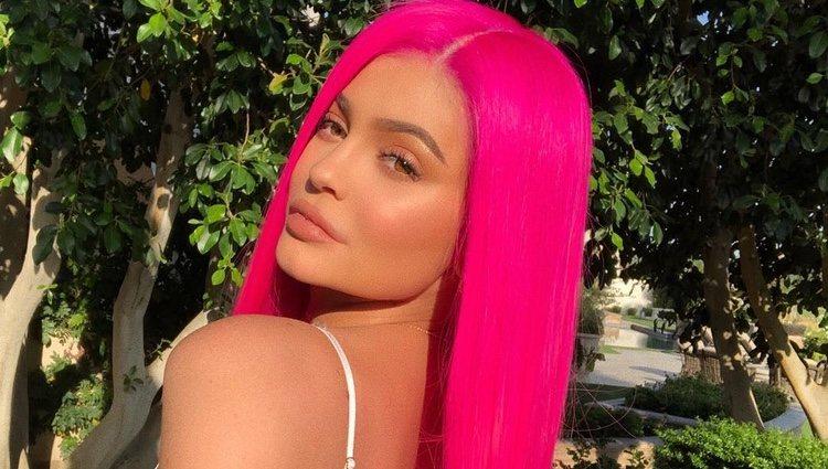 Kylie Jenner posa para una publicación de Instagram con el pelo teñido de rosa