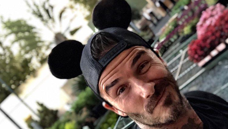 David Beckham con una gorra de Mickey Mouse en Dinseyland
