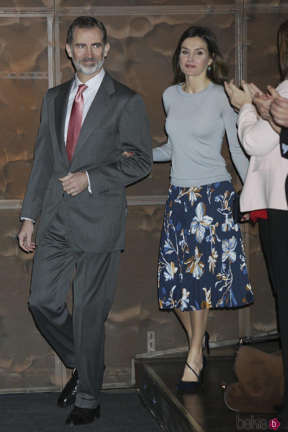 Los Reyes Felipe y Letizia en la entrega de las becas de 'la Caixa'