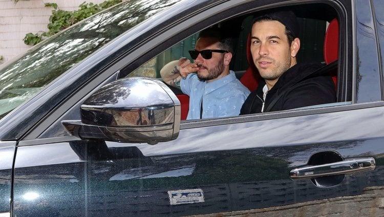 Mario Casas llegando a su casa en el coche de Blanca Suárez