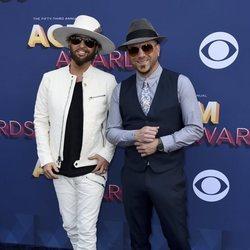 Preston Brust y Chris Lucas en los premios CMA Awards 2018