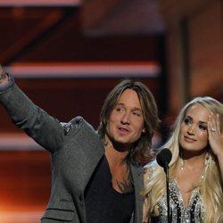Keith Urban y Carrie Underwood, emocionados al recoger su premio en los CMA Awards 2018
