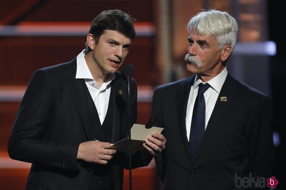 Ashton Kutcher y Sam Elliott otorgan un premio en los CMA Awards 2018