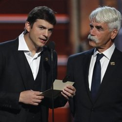 Ashton Kutcher y Sam Elliott otorgan un premio en los CMA Awards 2018