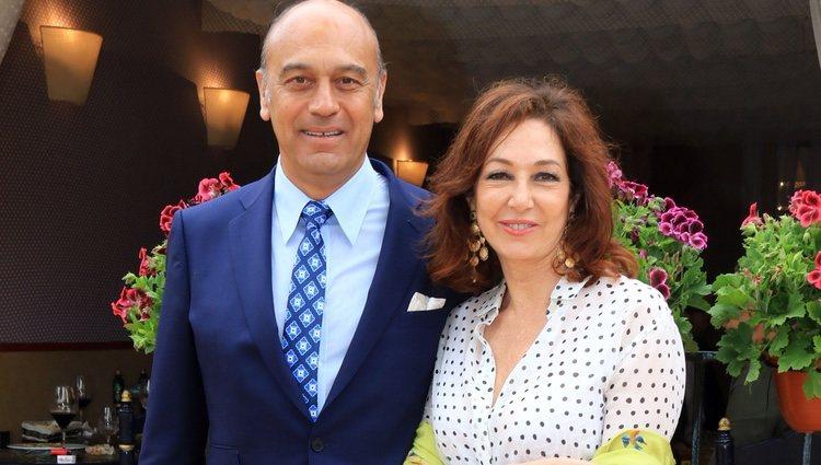 Ana Rosa Quintana con su marido en la Feria de Abril 2018