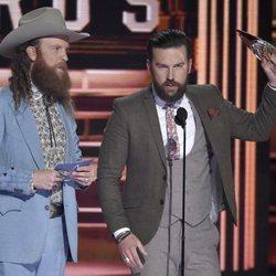 Los Hermanos Osborne recogiendo un premio en los CMA Awards 2018