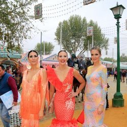 Jessica Bueno junto a dos amigas en la Feria de Abril 2018