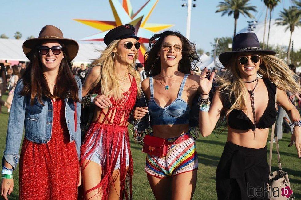 Alessandra Ambrosio y unas amigas en el Coachella 2018