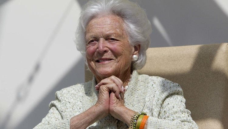 Barbara Bush durante una visita al Barbara Bush Children's Hospital