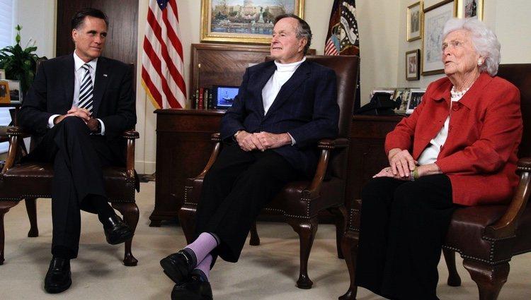 Barbara Bush junto a George H. W. Bush y Mitt Romney