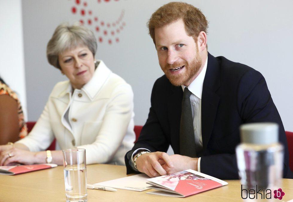 El Príncipe Harry en un acto con Theresa May