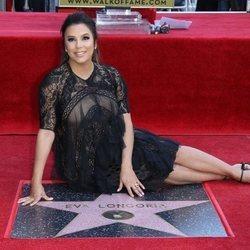 Eva Longoria con su etsrella en el Paseo de la Fama de Hollywood