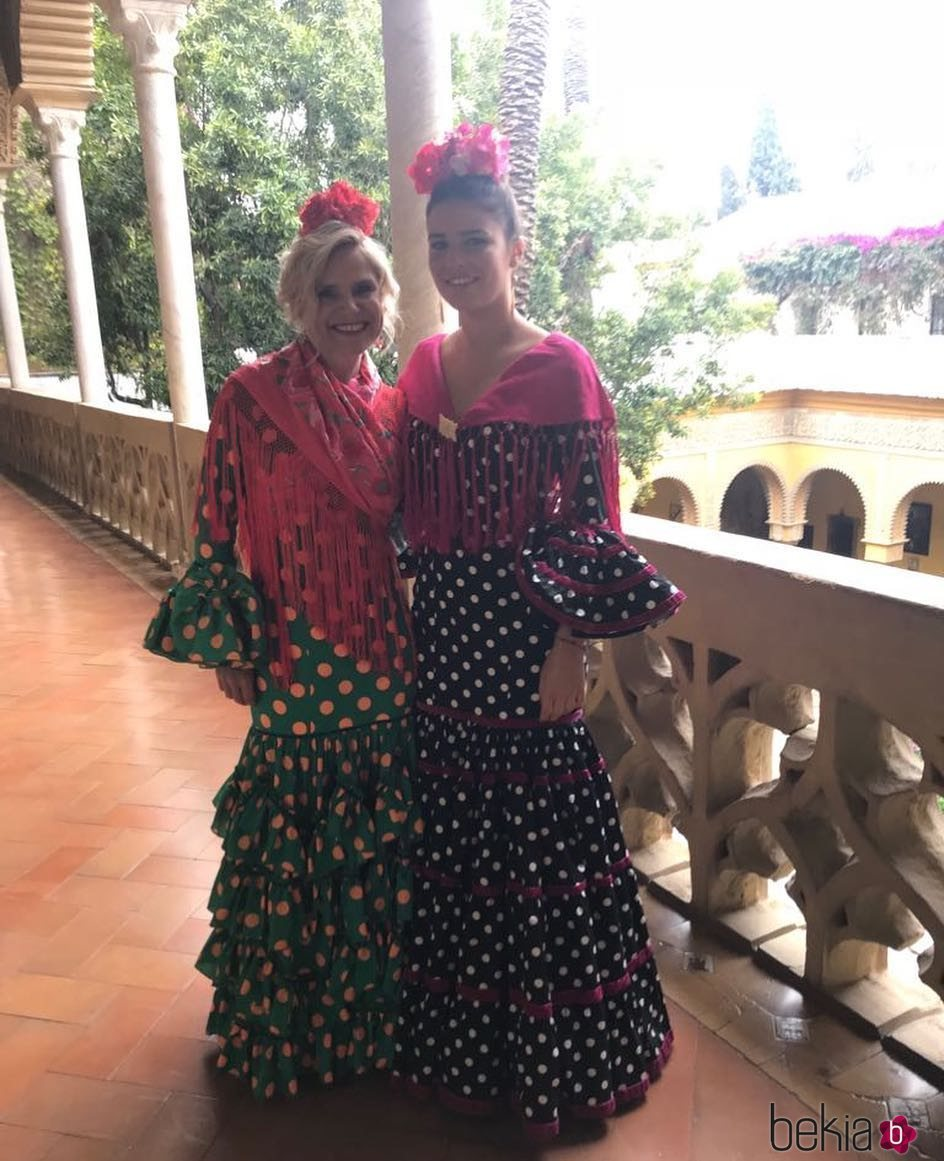 Eugenia Martínez de Irujo y su hija Cayetana Rivera vestidas de flamencas