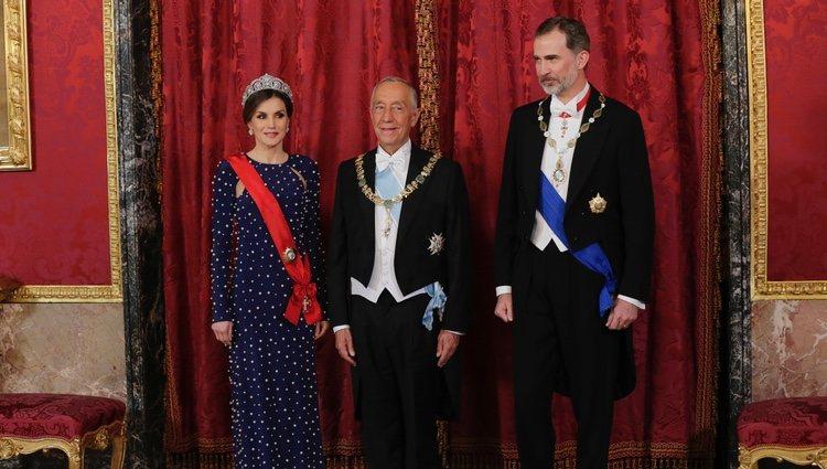 Los Reyes Felipe y Letizia con el presidente de Portugal, Marcelo Rebelo de Sousa, en la cena de gala en el Palacio Real