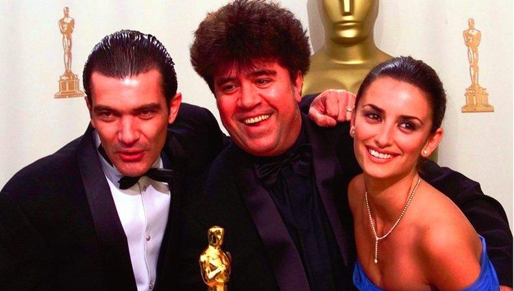Pedro Almódovar, Antonio Banderas y Penélope Cruz posando con un Oscar