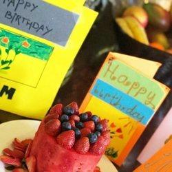 Victoria Beckham sopla las velas de una rica tarta de frutas por su 44 cumpleaños