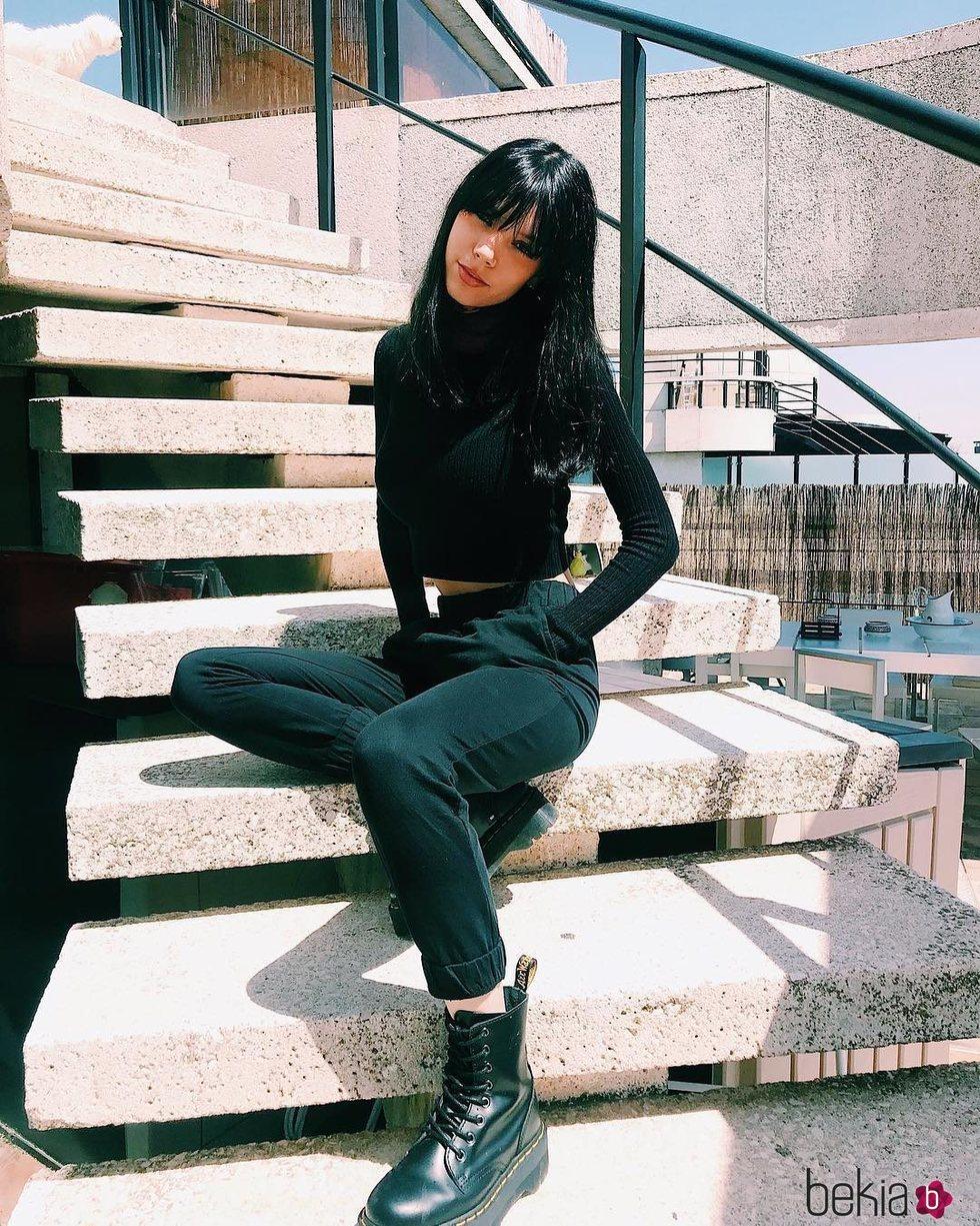 Alejandra Rubio posa en unas escaleras