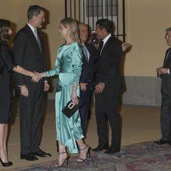 Los Reyes Felipe y Letizia saludan a Luis Figo y Helen Svedin en la cena ofrecida por el presidente de Portugal en El Pardo