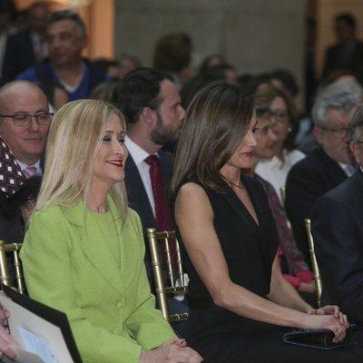 Cristina Cifuentes y la Reina Letizia en la entrega de los Premios SM de LIteratura Infantil y Juvenil