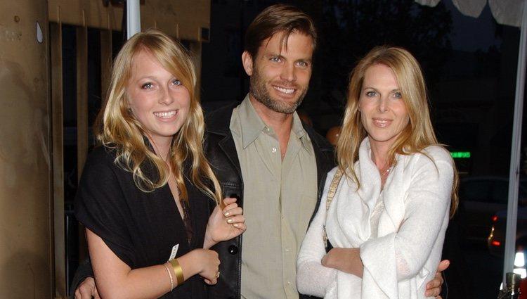 Catherine Oxenberg y su hija India junto a Casper Van Dien en el estreno de 'Los Tudor'